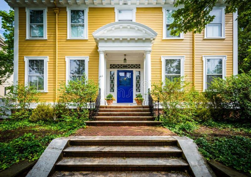 Casa amarilla hermosa en la vecindad de la colina de la universidad de Provi foto de archivo