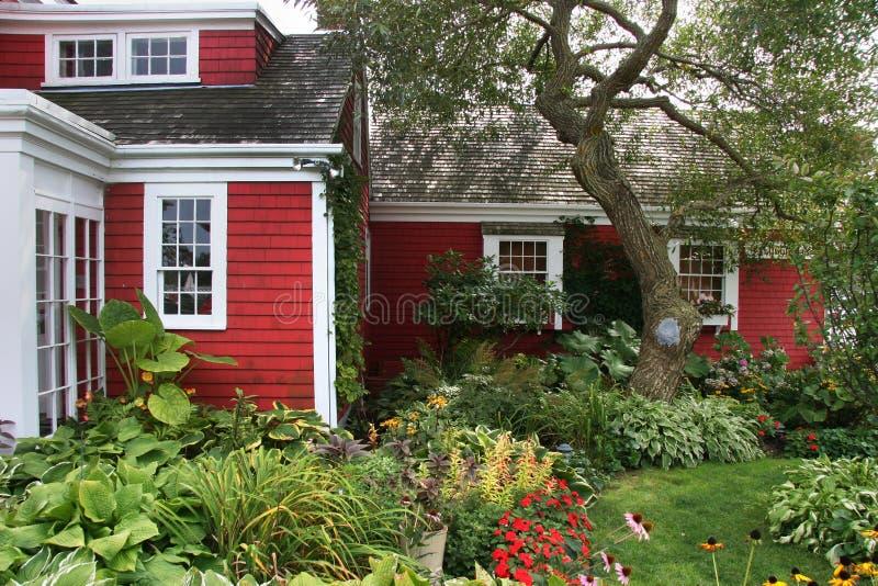 Casa americana colonial vermelha foto de stock imagem de for Casa coloniale americana