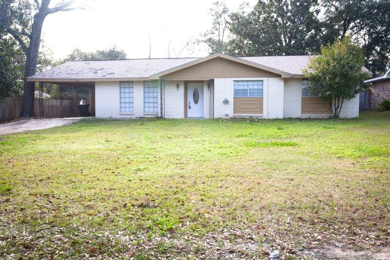 Casa americana di stile del ranch immagine stock for Casa in stile ranch con portico