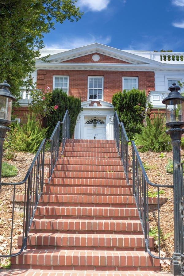 Casa americana moderna com linha longa de escadas avermelhadas na parte dianteira imagens de stock royalty free