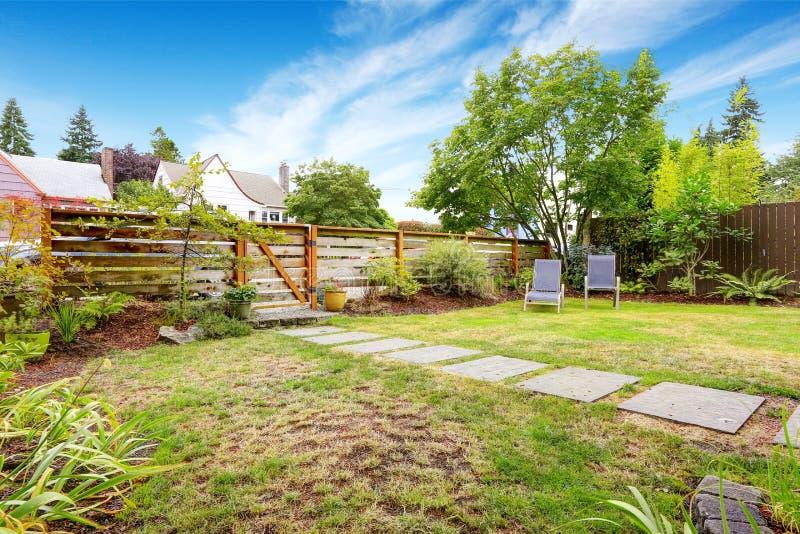 Casa americana pequena exterior com jardim da frente verde fotos de stock