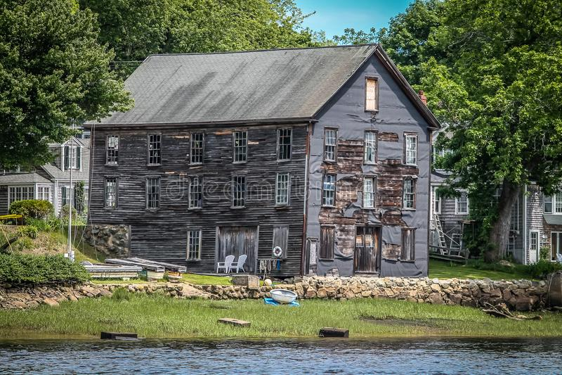 Casa ancora stante con una vista del fiume fotografia stock libera da diritti