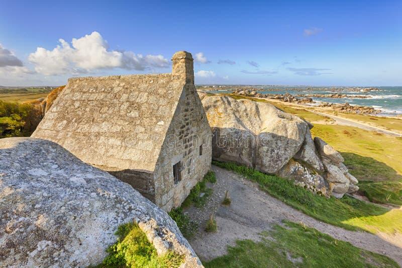 Casa antiga de alfândega entre rochas em Meneham, Brittany imagens de stock royalty free