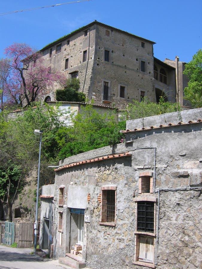 Casa antiga tradicional da pedra do solar vista pela parte mais inferior no campo romano para saltar Italy foto de stock