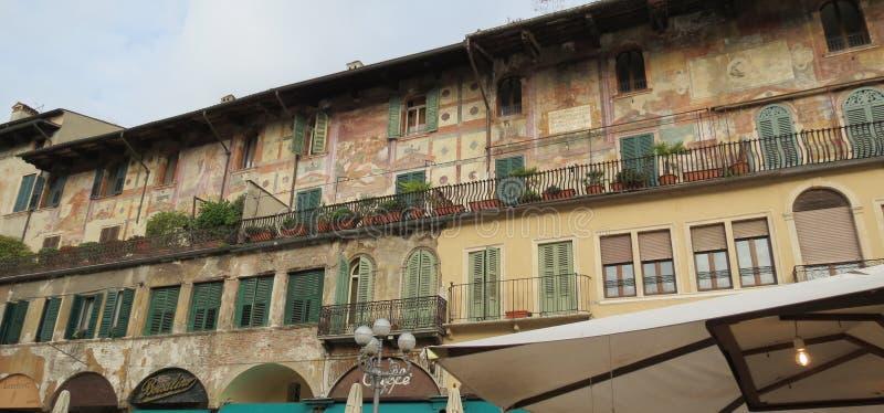 Casa antigua adornada con las pinturas de pared La ciudad de Verona Italia imágenes de archivo libres de regalías