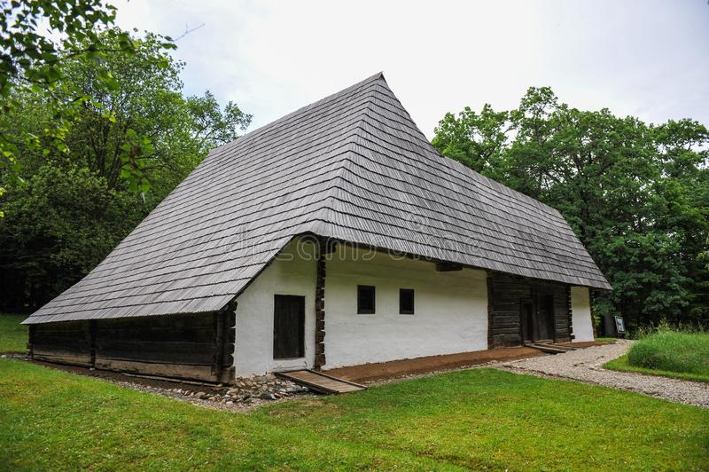 Casa antigua del estilo balcánico con el tejado enorme foto de archivo libre de regalías