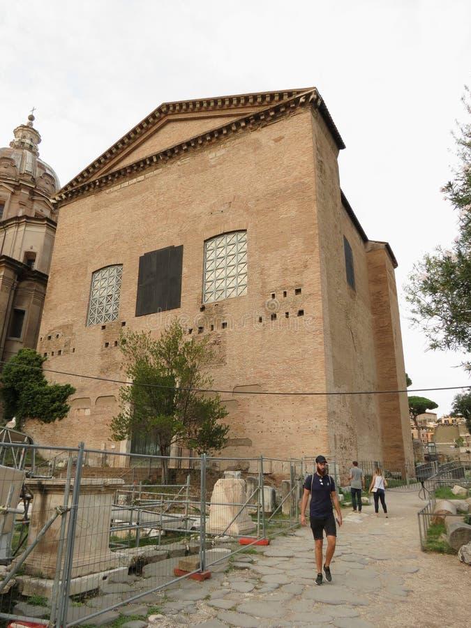 Casa antigua del senado y ruinas romanas fotografía de archivo libre de regalías