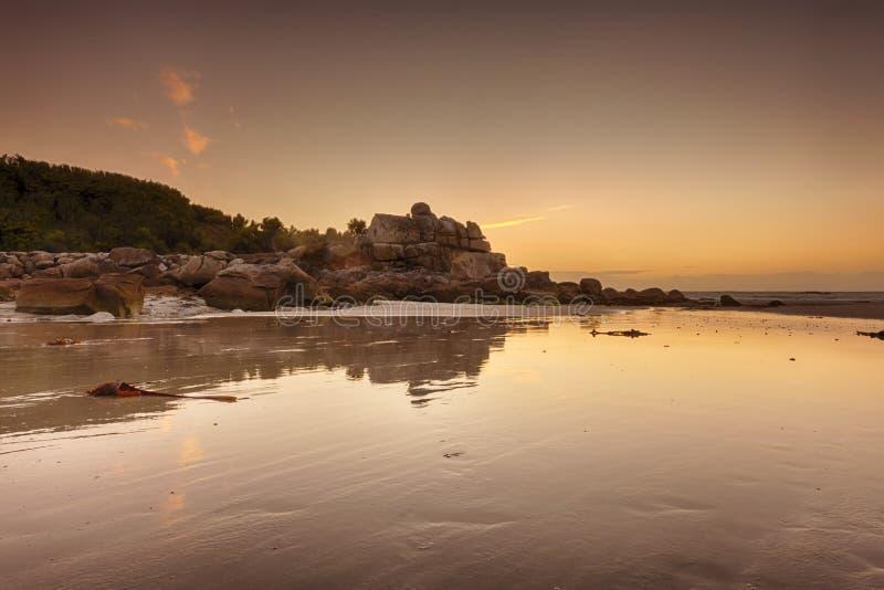 Casa antigua en las rocas en la playa de Bretaña fotografía de archivo libre de regalías