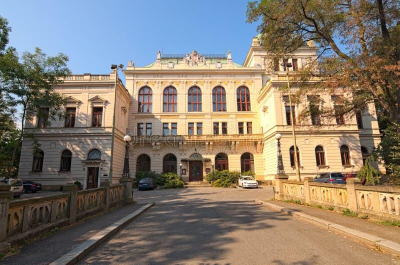 Casa antigua hermosa en el parque Es hoy el centro de la cultura Tiene nombre-casa Smetana Litomysl fotos de archivo