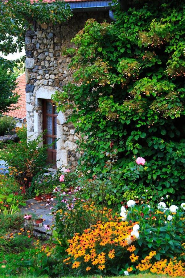 A casa apedrejada verde imagens de stock