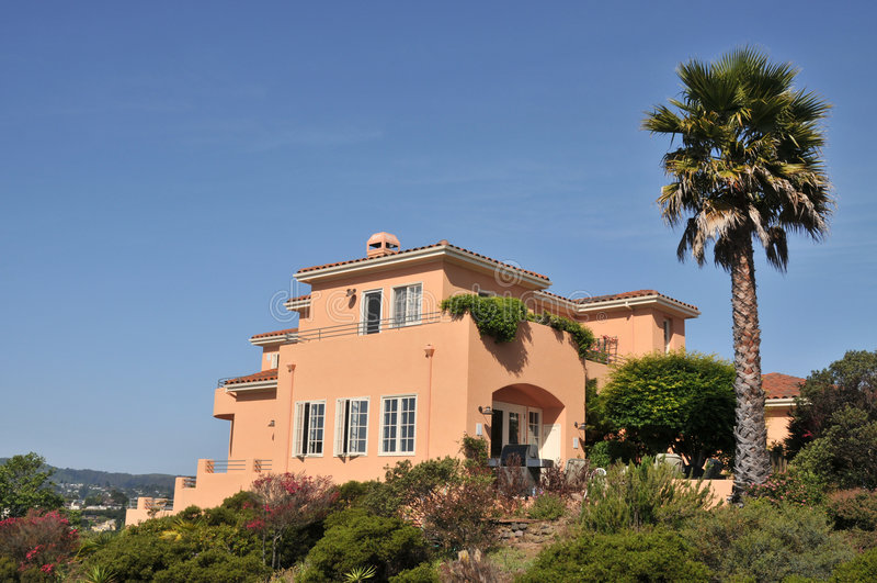 Casa arancione con la grande della palma parte posteriore dentro fotografie stock