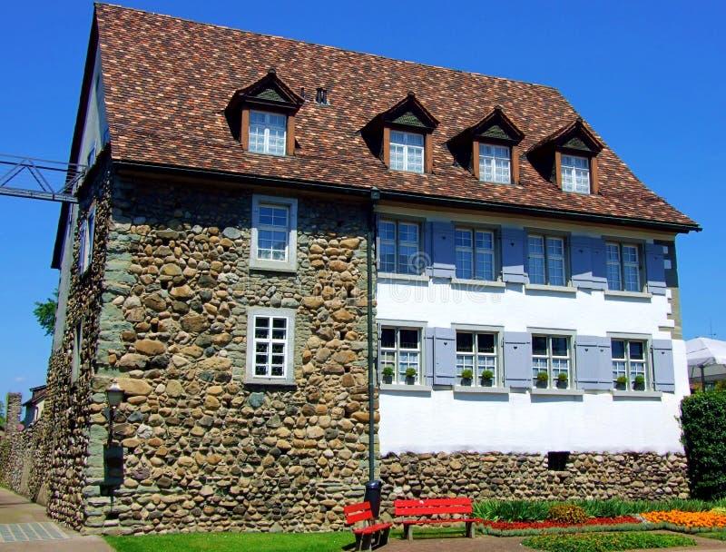casa, casa, architettura, costruzione, tetto, mattone, vecchio, cielo, proprietà, residenziale, finestra, proprietà, cottage, fin fotografia stock