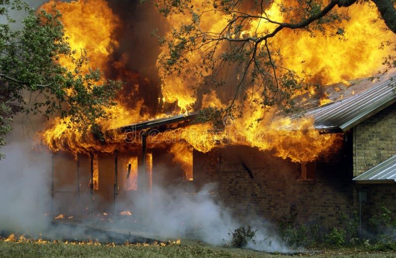 Casa ardiente imagen de archivo