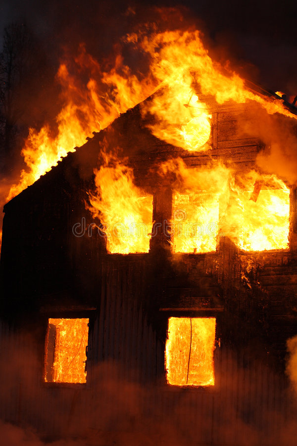 Casa ardiente imágenes de archivo libres de regalías