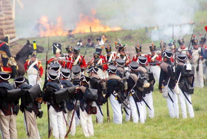 Casa ardiente Soporte de los soldados en el campo de batalla foto de archivo