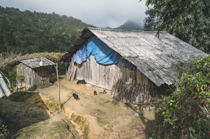 Casa arruinada velha em uma vila perto de Sapa imagens de stock royalty free