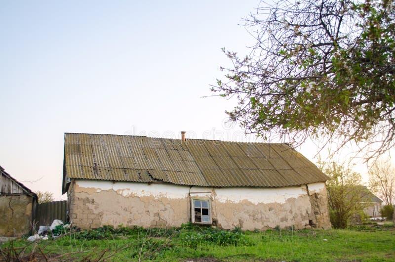 Casa arruinada vieja en el campo Alojamiento urgencia desastre Terremoto de la inundación del huracán de la tormenta Demolici?n d fotografía de archivo libre de regalías