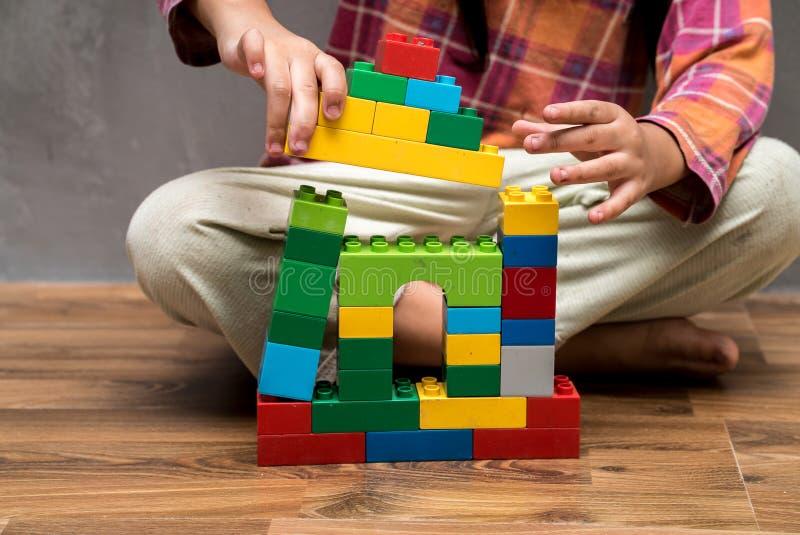 Casa asiática da construção da menina da criança fotos de stock royalty free