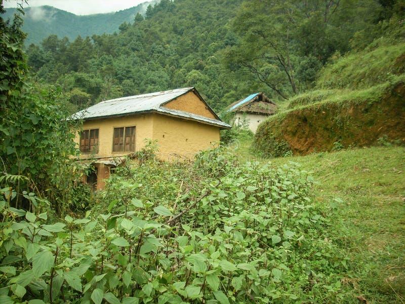 Casa asiática del nepali del viejo estilo en área remota de la colina fotos de archivo