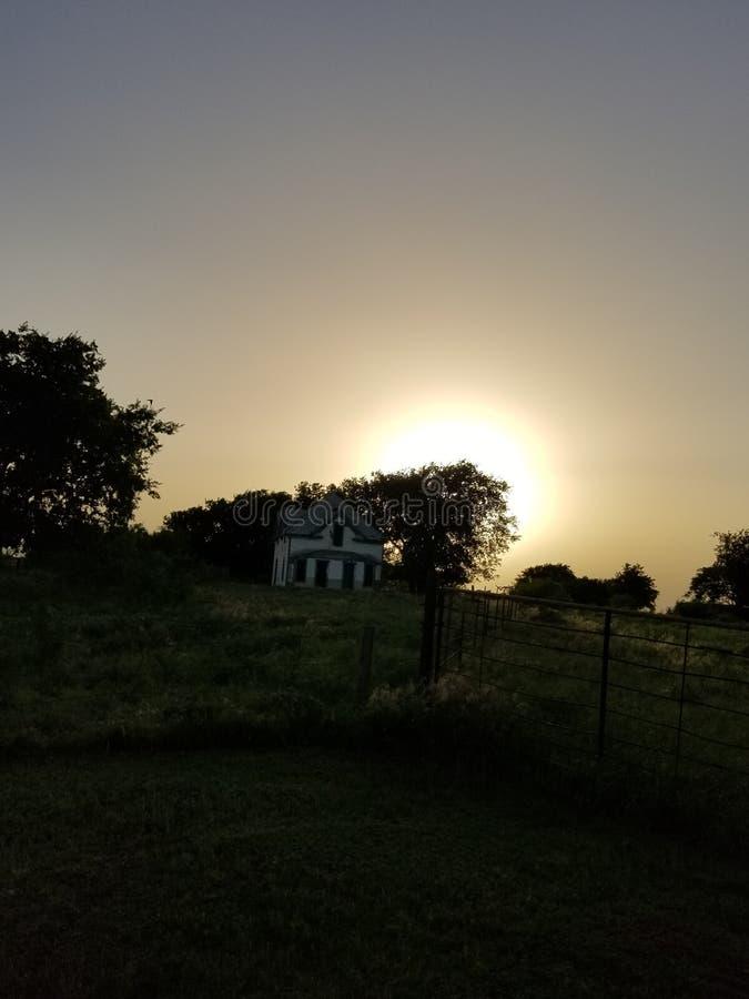 Casa assombrada no p?r do sol fotos de stock royalty free