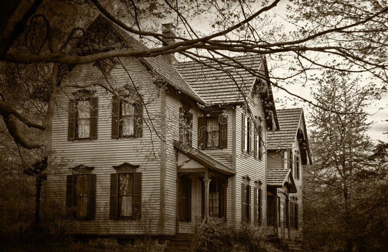 Casa assombrada no sepia escuro ilustração stock