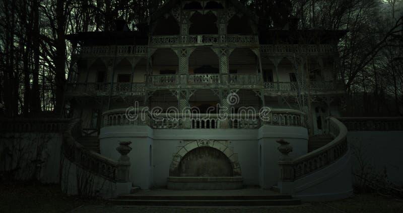 Casa assombrada velha em uma atmosfera escura do horror fotos de stock