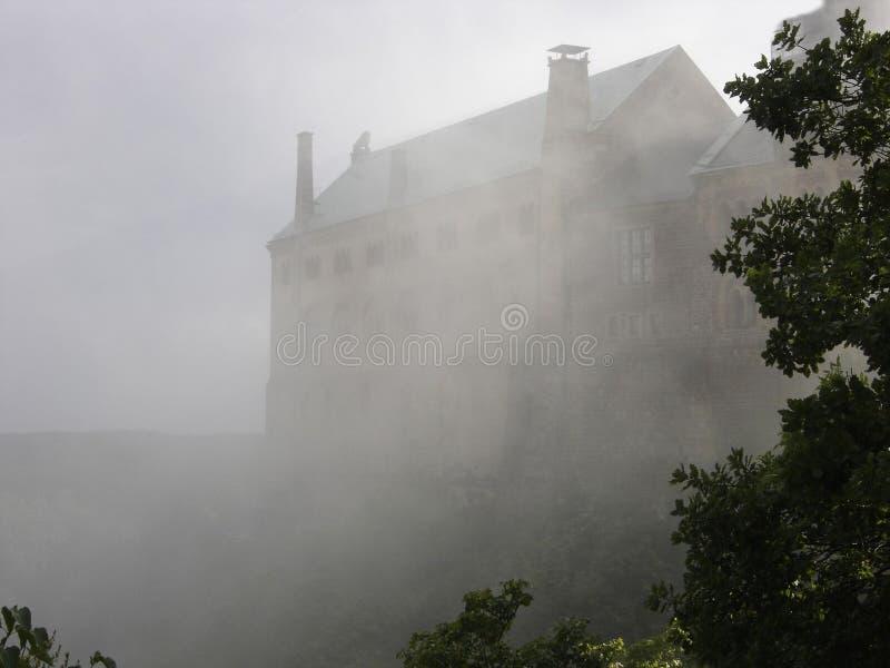 Casa assombrada velha na névoa fotos de stock royalty free