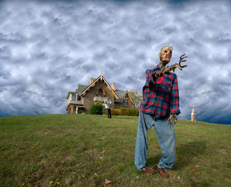 Casa assombrada zombi, zombis assustadores de Halloween imagens de stock
