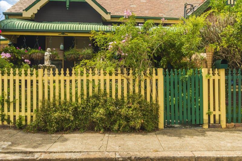 Casa atrás da cerca de piquete de creme fotos de stock royalty free