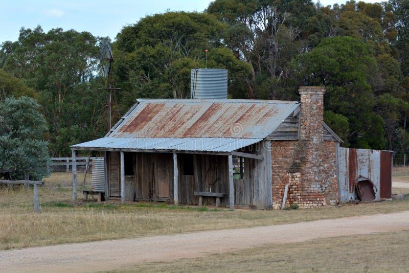 Casa australiana abbandonata dell'azienda agricola nell'entroterra dell'Australia immagini stock libere da diritti