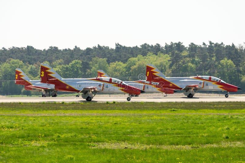 CASA avanzata C-101 Aviojet dell'istruttore del getto dal gruppo acrobatici Patrulla Aguila Eagle Patrol sulla pista fotografia stock