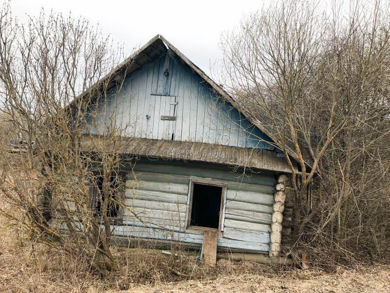Casa azul arruinada abandonada de madeira dilapidada velha azul velha da vila das madeiras imagem de stock royalty free