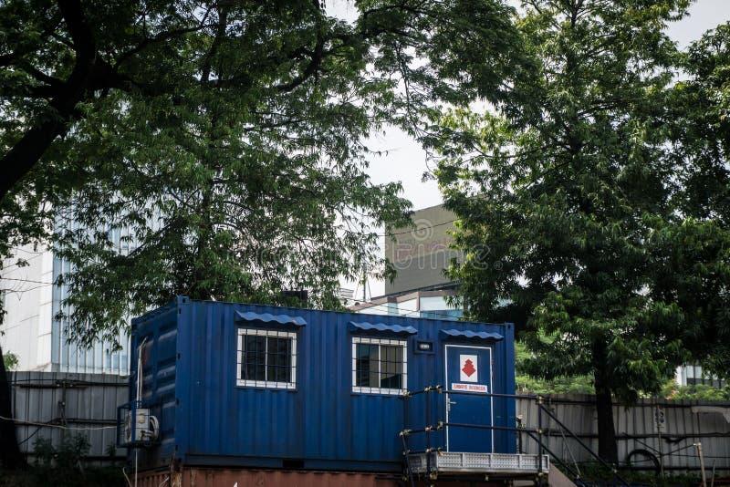 Casa azul del envase como oficina o casa con el árbol verde como fondo imágenes de archivo libres de regalías