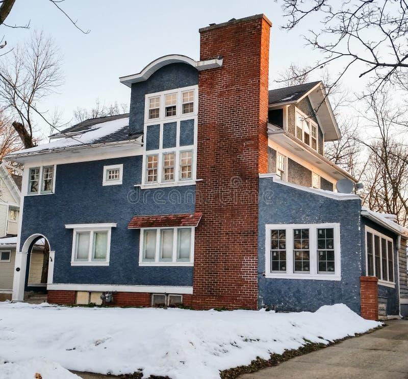 Casa azul do estuque com guarnição branca imagem de stock royalty free