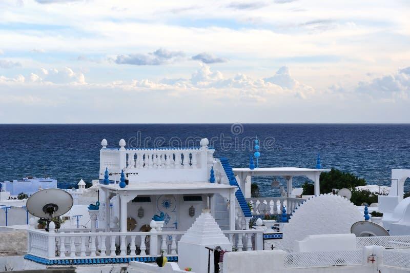 Casa azul y blanca en Hammamet, Túnez fotografía de archivo