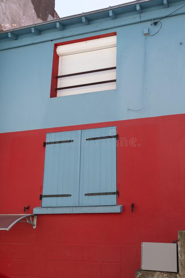 Casa azul y roja en el pueblo típico de Trentemoult en la costa Francia de Bretaña foto de archivo libre de regalías