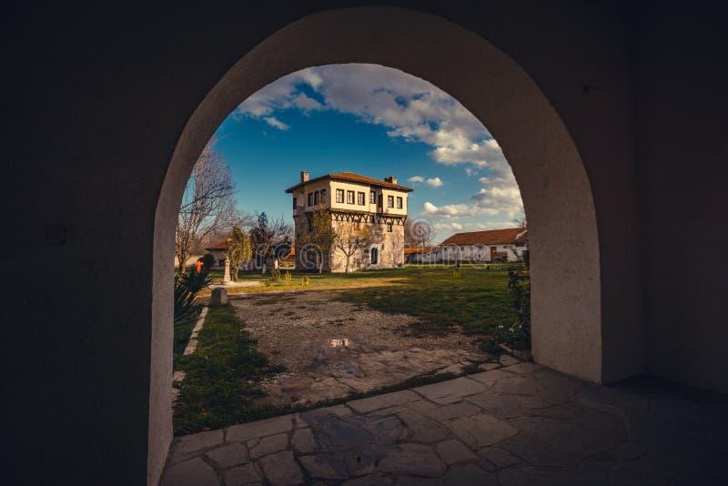 Casa búlgara na jarda do monastério de Arapovski imagens de stock