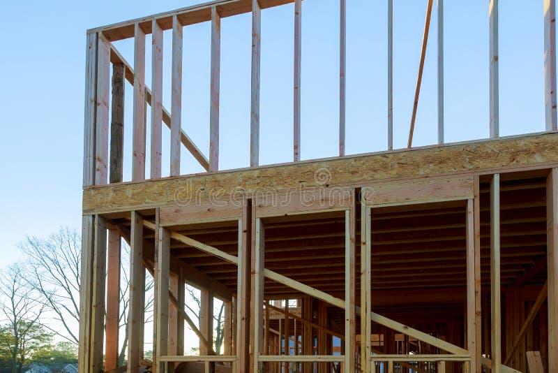 Casa bajo haz que enmarca de la construcción imagen de archivo