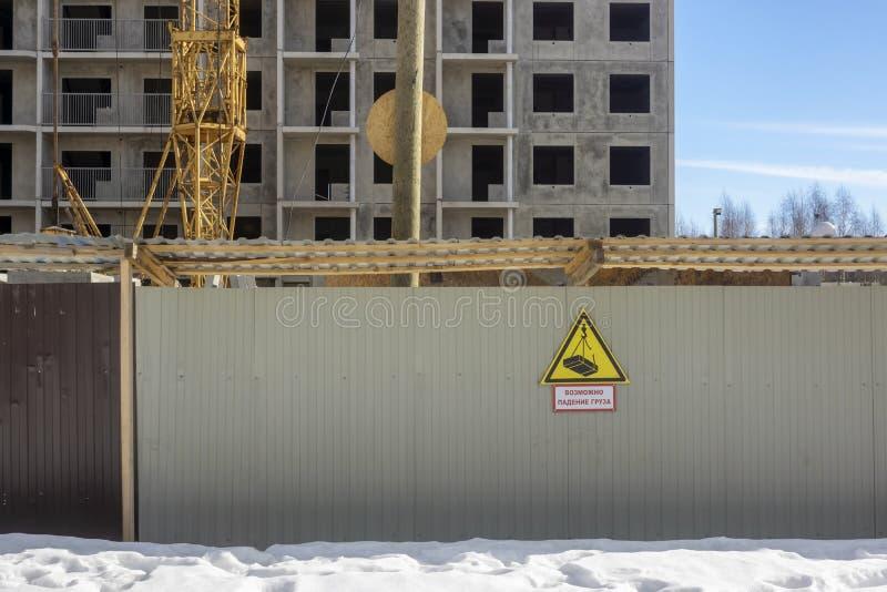 A casa barata sob o perigo da construção e da inscrição, carga pode cair fotografia de stock royalty free