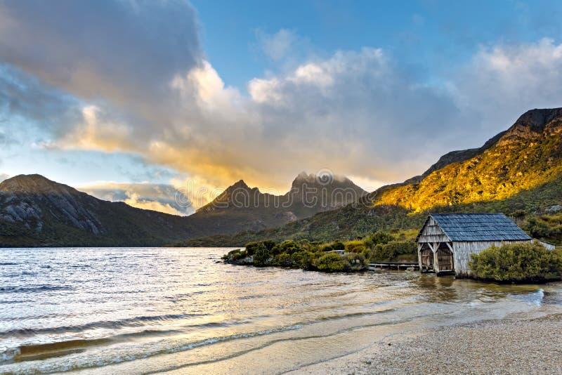 Casa barco de Tasmania Australia de la montaña de la cuna del lago dove fotos de archivo