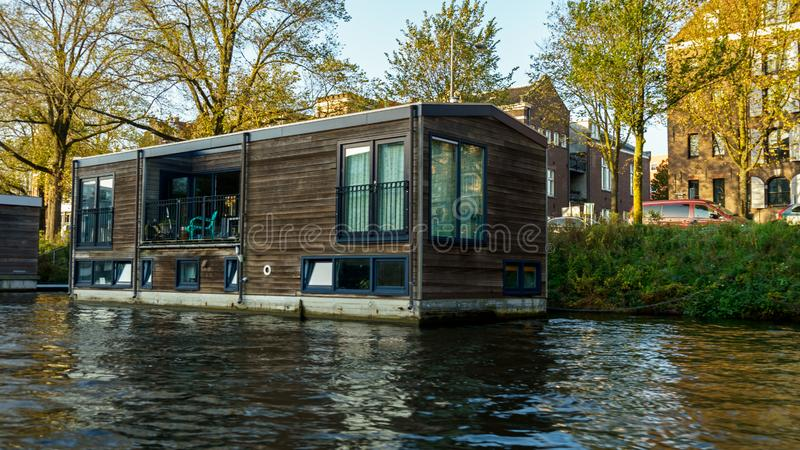 Casa barco flotante tradicional en los canales de Amsterdam, los Países Bajos, el 13 de octubre de 2017 foto de archivo libre de regalías