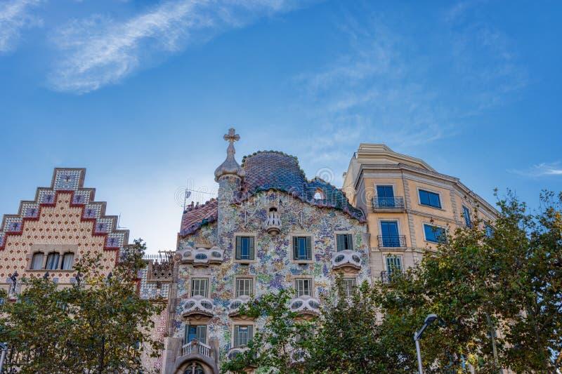 Casa Batlló är ett arbete av den berömda Catalan arkitekten Antonio Gaudi som lokaliseras i Barcelona, Spanien på nummer 43 av Pa royaltyfri fotografi