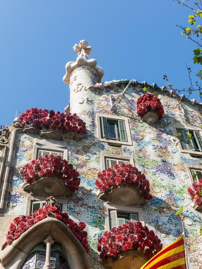 Casa Batlló av Antonio Gaudí som dekoreras för att fira dagen av rosen i Catalonia Paseo de Gracia, Barcelona royaltyfria bilder