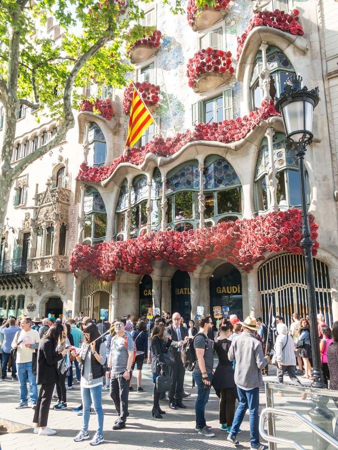 Casa Batlló av Antonio Gaudí som dekoreras för att fira dagen av rosen i Catalonia Paseo de Gracia, Barcelona royaltyfria foton
