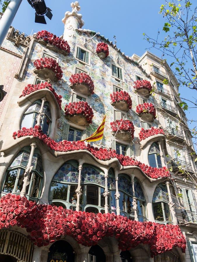 Casa Batlló av Antonio Gaudí som dekoreras för att fira dagen av rosen i Catalonia Paseo de Gracia, Barcelona arkivbilder