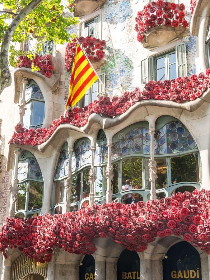 Casa Batlló av Antonio Gaudí som dekoreras för att fira dagen av rosen i Catalonia Paseo de Gracia, Barcelona arkivfoton