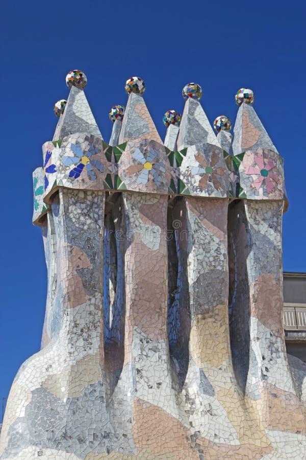 Casa Batllo en las chimeneas de Barcelona en el tejado fotografía de archivo libre de regalías