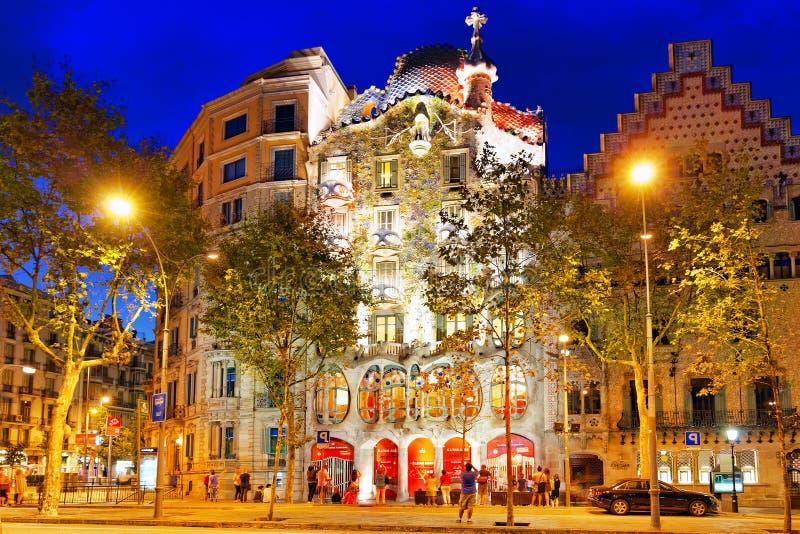 Casa Batlo della creazione-casa di Gaudi all'aperto di vista di notte fotografia stock libera da diritti