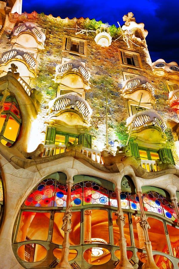 Casa Batlo della creazione-casa di Gaudi all'aperto di vista di notte immagini stock libere da diritti