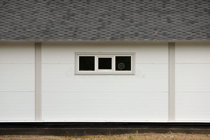 Casa bianca di struttura della parete, scatola scura, mattonelle marroni flessibili sui precedenti della foresta colorata multi d fotografia stock libera da diritti